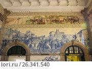 Famous Azulejo panel in the Sao Bento Railway Station in Porto, Portugal (2015 год). Стоковое фото, фотограф Юлия Белоусова / Фотобанк Лори