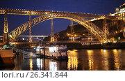 Night view to Dom Luis I Bridge in Porto, Portugal, видеоролик № 26341844, снято 8 мая 2017 г. (c) Лиляна Виноградова / Фотобанк Лори