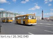 Купить «Два советских городских автобуса ЛиАЗ-667 на фоне Дворцовой площади. Третий ежегодный парад ретро-транспорта в Санкт-Петербурге», фото № 26342040, снято 21 мая 2017 г. (c) Виктор Карасев / Фотобанк Лори