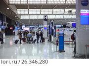 Купить «Зона регистрации и отправления в международном аэропорту Нарита. Небольшая очередь. Япония», фото № 26346280, снято 16 апреля 2013 г. (c) Кекяляйнен Андрей / Фотобанк Лори