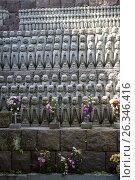 Купить «Тысячи маленьких статуэток Jizo в честь душ неродившихся детей на ступенях храма. Святыня Hasedera. Город Камакура, Япония», фото № 26346416, снято 15 апреля 2013 г. (c) Кекяляйнен Андрей / Фотобанк Лори