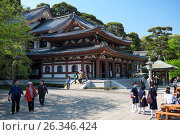 Главное здание Kannon-do Hall с туристами на территории храма Hasedera в городе Камакура, Япония (2013 год). Редакционное фото, фотограф Кекяляйнен Андрей / Фотобанк Лори