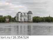 Вид на современную многоэтажку в городе Калининграде. Верхнее озеро, 2017, эксклюзивное фото № 26354524, снято 23 мая 2017 г. (c) Ната Антонова / Фотобанк Лори
