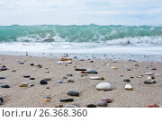 Галька на песчаном пляже на фоне волн Средиземного моря. Белек. Турция (2017 год). Стоковое фото, фотограф E. O. / Фотобанк Лори