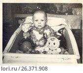 Купить «1962 год,город Петрозаводск. Ребенок сидит в коляске», фото № 26371908, снято 15 августа 2018 г. (c) Сергей Костин / Фотобанк Лори