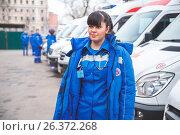 Врач на фоне машин скорой помощи. Редакционное фото, фотограф Юрий Коваль / Фотобанк Лори
