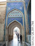 Купить «Посетители в комплексе Шахи Зинда. Самарканд, Узбекистан», фото № 26391744, снято 15 октября 2016 г. (c) Юлия Бабкина / Фотобанк Лори