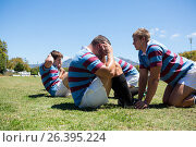 Close up of rugby players exercising on grassy field. Стоковое фото, агентство Wavebreak Media / Фотобанк Лори