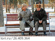 Volgograd, Russia - February 02, 2008: Two older man sitting on the bench in the park and talking in Volgograd. Редакционное фото, фотограф Юлия Олейник / Фотобанк Лори