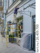 Купить «Маляр за работой», эксклюзивное фото № 26409700, снято 22 мая 2017 г. (c) Виктор Тараканов / Фотобанк Лори