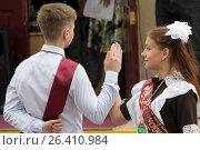 Купить «Выпускники школы танцуют вальс на школьном выпускном», фото № 26410984, снято 30 мая 2017 г. (c) Юлия Юриева / Фотобанк Лори