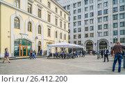 Купить «Вход в метро Арбатская», эксклюзивное фото № 26412200, снято 24 мая 2017 г. (c) Виктор Тараканов / Фотобанк Лори