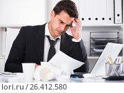 Купить «Tired man working in hot office», фото № 26412580, снято 20 апреля 2017 г. (c) Яков Филимонов / Фотобанк Лори