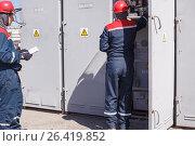 Купить «The duty electrician of substation makes switchings», фото № 26419852, снято 27 апреля 2017 г. (c) Владимир Арсентьев / Фотобанк Лори