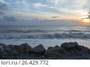 Закат на море: бушующее море и крупные камни на переднем плане. Стоковое фото, фотограф Виктория Ратникова / Фотобанк Лори