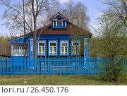 Синий деревянный дом с наличниками и резьбой (2017 год). Редакционное фото, фотограф Ivan / Фотобанк Лори