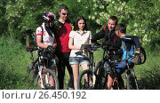 Купить «Group of cyclists checking the map in tablet discussing the route», видеоролик № 26450192, снято 28 мая 2017 г. (c) Сергей Мнацаканов / Фотобанк Лори
