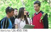 Купить «Group of cyclists checking the map in tablet discussing the route», видеоролик № 26450196, снято 28 мая 2017 г. (c) Сергей Мнацаканов / Фотобанк Лори