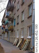 Купить «Пятиэтажный дом. Хрущевка. Замена старых окон», фото № 26452180, снято 1 мая 2017 г. (c) Тарановский Д. / Фотобанк Лори