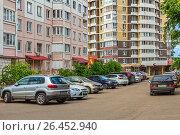 Парковка личных автомобилей во дворе жилого многоэтажного дома (2017 год). Редакционное фото, фотограф Владимир Сергеев / Фотобанк Лори