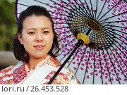 Купить «Портрет японской девушки в светлом кимоно и с зонтом», фото № 26453528, снято 30 января 2011 г. (c) Александр Гаценко / Фотобанк Лори