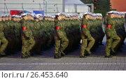 Ночная репетиция парада на Красной площади в Москве в честь 72-й годовщины Победы. Девушки-военнослужащие готовятся к торжественному маршу (2017 год). Редакционное видео, видеограф Игорь Долгов / Фотобанк Лори