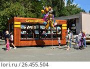 Купить «Торговый киоск с сувенирной продукцией на старой территории Московского зоопарка», эксклюзивное фото № 26455504, снято 10 августа 2016 г. (c) lana1501 / Фотобанк Лори