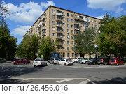 Купить «Восьмиэтажный одиннадцатиподъездный кирпичный жилой дом серии II-08, построен в 1960 году. Улица Усиевича, 23. Район Аэропорт. Москва», эксклюзивное фото № 26456016, снято 10 августа 2016 г. (c) lana1501 / Фотобанк Лори