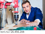 Купить «Man operating automatic screwdriver in wood workshop», фото № 26456208, снято 19 января 2019 г. (c) Яков Филимонов / Фотобанк Лори