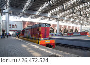 Купить «Train on Kazansky railway terminal ( Kazansky vokzal) -- is one of nine railway terminals in Moscow, Russia. Construction of the modern building according to the design by architect Alexey Shchusev started in 1913 and ended in 1940», фото № 26472524, снято 18 июня 2015 г. (c) Владимир Журавлев / Фотобанк Лори