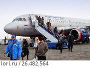 Купить «Пассажиры спускаются по трапу из самолёта и направляются в автобус в аэропорту Самары», фото № 26482564, снято 10 марта 2013 г. (c) Александр Гаценко / Фотобанк Лори