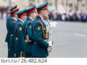 Купить «Солдаты военного оркестра играют на площади», фото № 26482624, снято 9 мая 2017 г. (c) Кекяляйнен Андрей / Фотобанк Лори