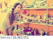 Купить «woman holding children shoes», фото № 26483052, снято 23 ноября 2019 г. (c) Яков Филимонов / Фотобанк Лори