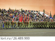 Купить «Ночная репетиция парада на Красной площади в Москве в честь 72-й годовщины Победы. Торжественный марш военнослужащих», фото № 26489900, снято 3 мая 2017 г. (c) Игорь Долгов / Фотобанк Лори