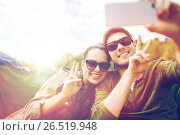 couple of travelers taking selfie by smartphone. Стоковое фото, фотограф Syda Productions / Фотобанк Лори