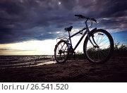 The blue bike is on the beach at the lake. Стоковое фото, фотограф Dmitriy Melnikov / Фотобанк Лори