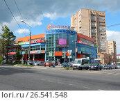 Купить «ТЦ «Континент». Улица Гагарина, 8. Город Клин. Московская область», эксклюзивное фото № 26541548, снято 11 июня 2017 г. (c) lana1501 / Фотобанк Лори