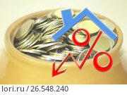 Красный знак процента на фоне чашки с деньгами. Стоковое фото, фотограф Сергеев Валерий / Фотобанк Лори