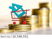 Купить «Cимвол  недвижимости на фоне денег», фото № 26548552, снято 23 марта 2017 г. (c) Сергеев Валерий / Фотобанк Лори