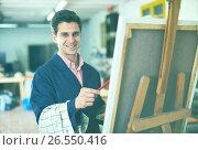 Купить «Male artist drawing in studio», фото № 26550416, снято 8 апреля 2017 г. (c) Яков Филимонов / Фотобанк Лори