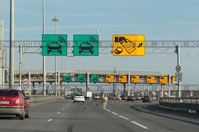 Санкт-Петербург, пункт оплаты платной трассы М10, зелёная табличка указывает на наличие транспондера