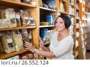 Купить «Portrait of woman with groats in hands», фото № 26552124, снято 2 апреля 2020 г. (c) Яков Филимонов / Фотобанк Лори