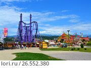 Купить «SOCHI, RUSSIA – June 18, 2017: Peoples goes to the Sochi Park, which entered the TOP-25 of the best parks in Europe in 2016», фото № 26552380, снято 18 июня 2017 г. (c) Анна Мартынова / Фотобанк Лори