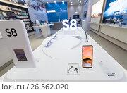 Купить «Samsung Galaxy S8 in showcase», фото № 26562020, снято 16 июня 2017 г. (c) Александр Подшивалов / Фотобанк Лори