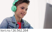 Купить «boy in headphones playing video game on laptop», видеоролик № 26562264, снято 23 мая 2019 г. (c) Syda Productions / Фотобанк Лори