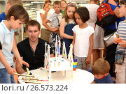 """SOCHI, RUSSIA - June 24, 2017: Junior schoolchildren enthusiastically listen to the explanations of the teacher in robotics at an open lesson of the All-Russian Educational Center """"Sirius"""" Редакционное фото, фотограф Анна Мартынова / Фотобанк Лори"""