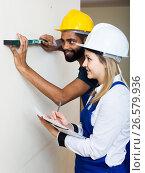 Купить «Constructor and builder with spirit level at site», фото № 26579936, снято 17 февраля 2019 г. (c) Яков Филимонов / Фотобанк Лори