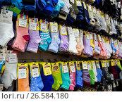 """Разноцветные носки на витрине магазина """"Носкофф"""" (2017 год). Редакционное фото, фотограф Вячеслав Палес / Фотобанк Лори"""