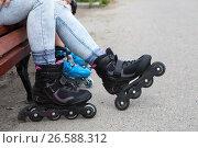 Купить «Роликовые коньки на ногах, люди сидят на скамейке», фото № 26588312, снято 18 июня 2017 г. (c) Кекяляйнен Андрей / Фотобанк Лори