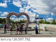 Купить «Москва Городской летний пейзаж. Молодежь фотографируется на Третьяковском мосту у декора в виде сердца из роз.», фото № 26597792, снято 27 мая 2017 г. (c) Татьяна Белова / Фотобанк Лори